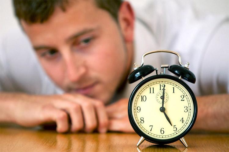 Смотрит на часы