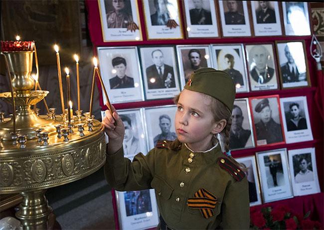 Девочка в храме День Победы