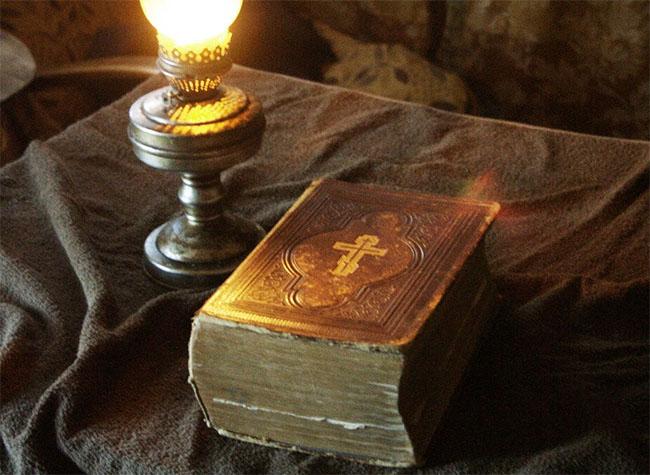 Евангелие на столе
