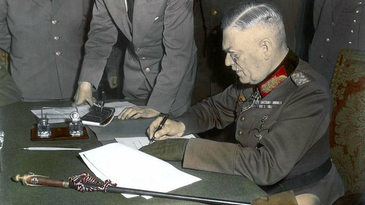 Фельдмаршал Кейтель подписывает капитуляцию