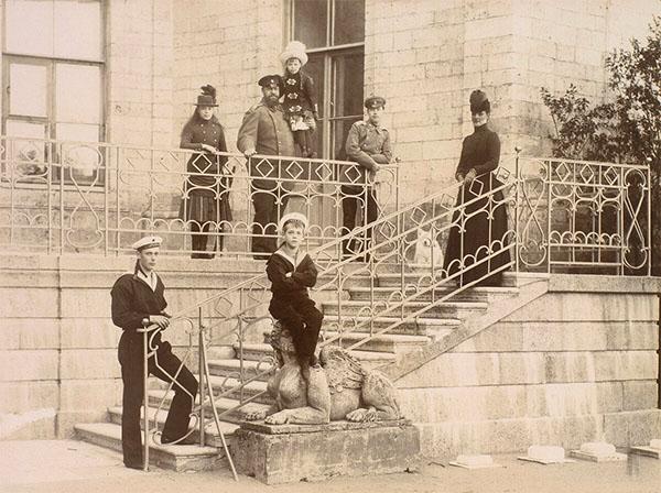 Александр III с семьёй у Гатчинского дворца