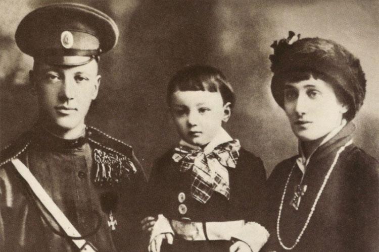 Анна Ахматова с мужем Гумилёвым и сыном Львом