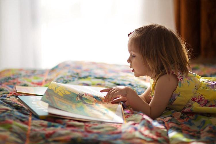 Девочка читает книжку