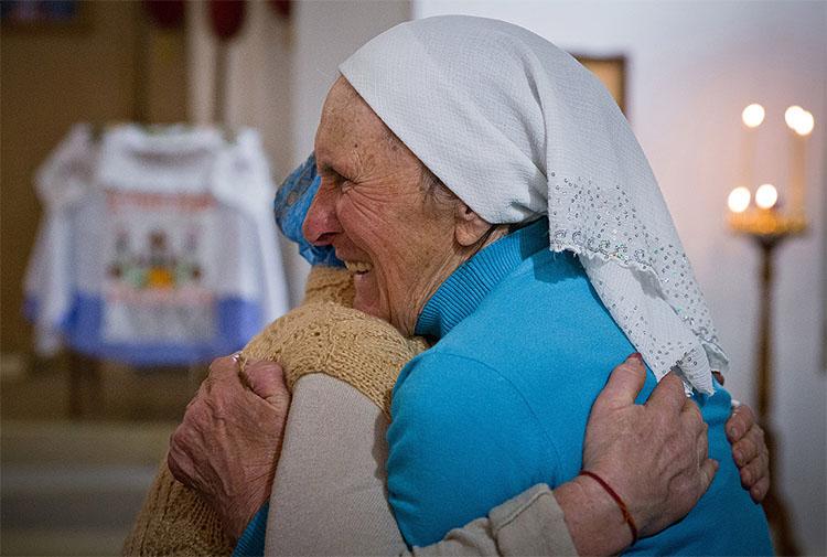 Две бабушки обнимаются