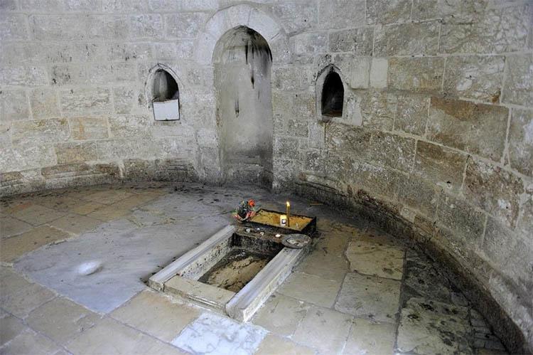 Камень в часовне Вознесения
