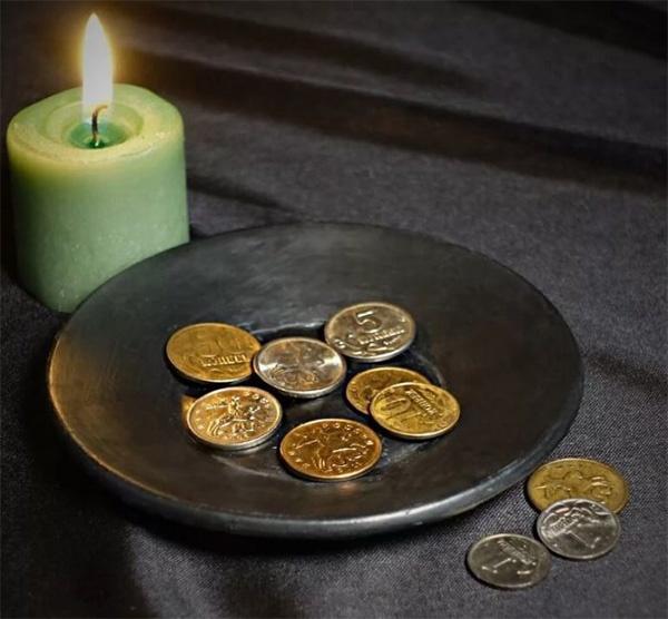 Монеты на блюде