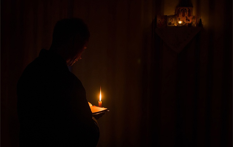 Мужчина молится