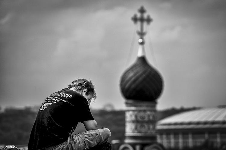 Мужчина на фоне купола храма