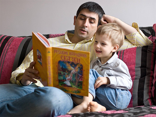 Отец читает ребенку сказки