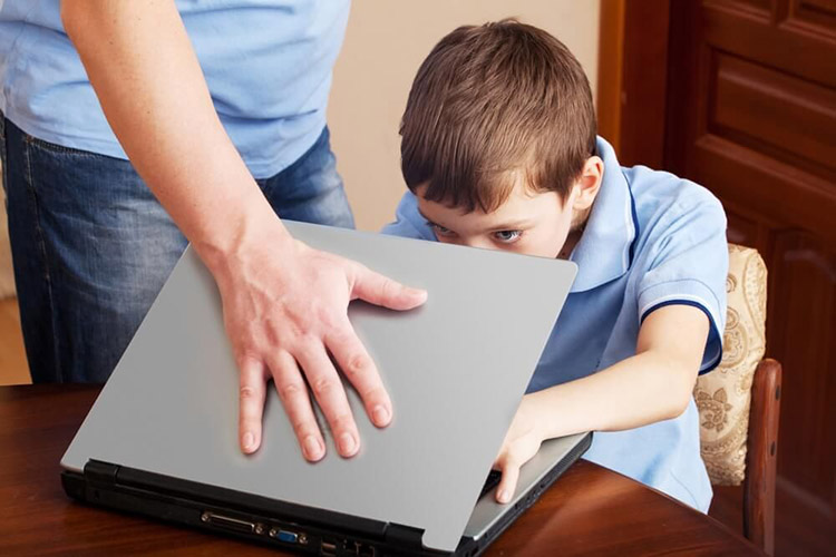 Отец закрывает ноутбук