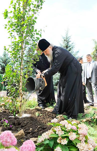 Патриарх Московский и всея Руси Кирилл высаживает дерево