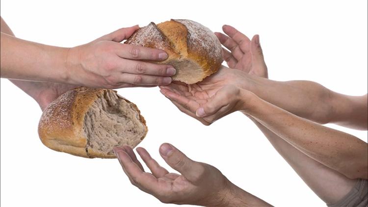 Раздает хлеб