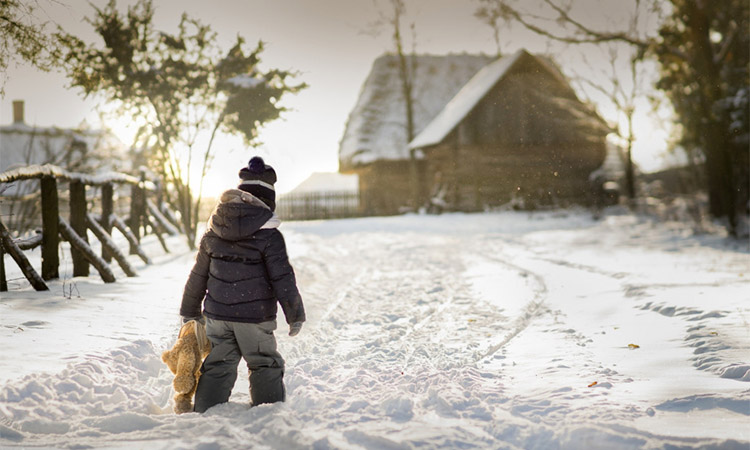 Ребенок идет по снегу
