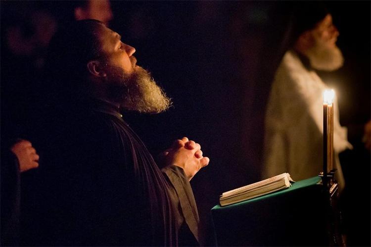 Священник читает молитву