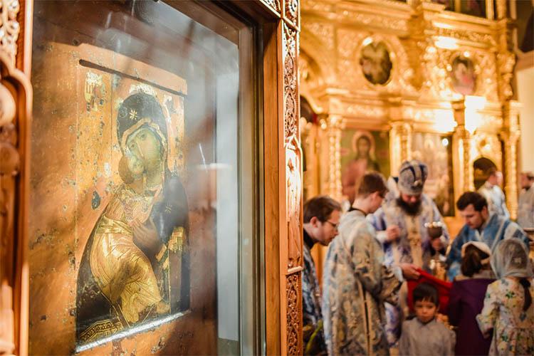 Владимирская Богоматерь икона в церкви