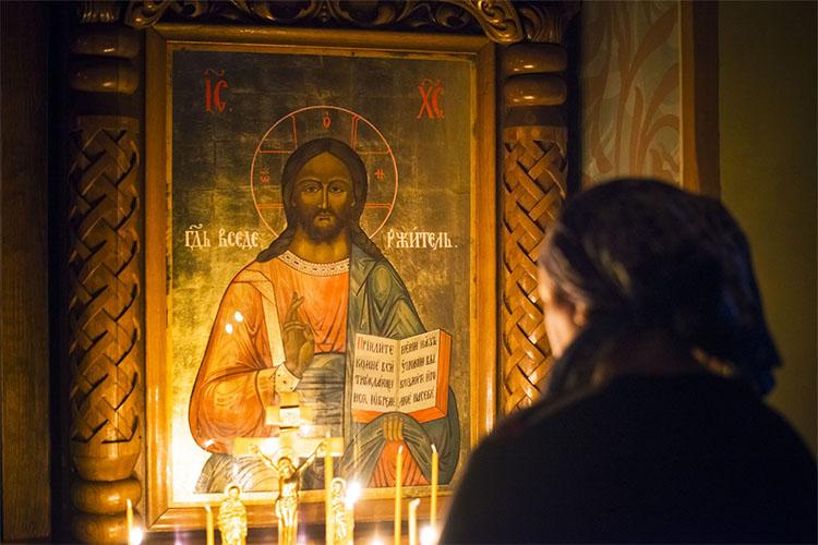 Женщина у иконы Господа Вседержителя