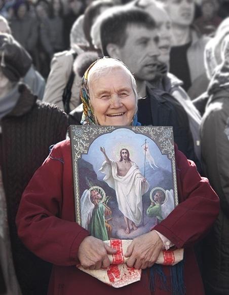 Бабушка с иконой в руках