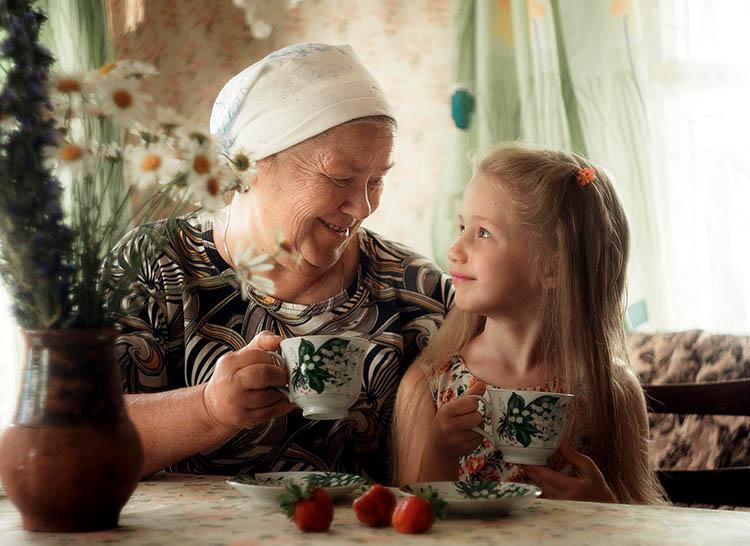Бабушка с внучкой пьют чай