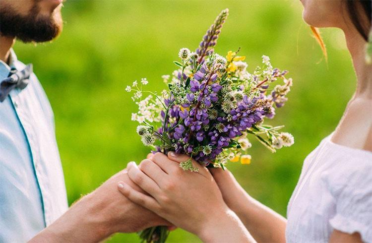 Дарит полевые цветы