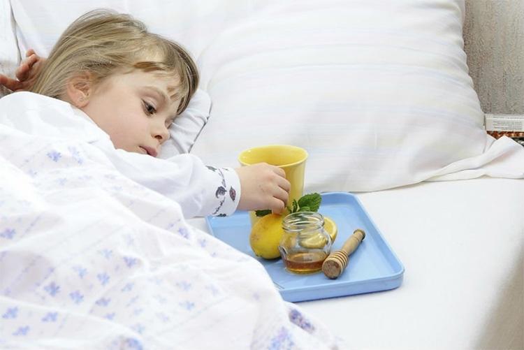 Девочка пьет чай в постели