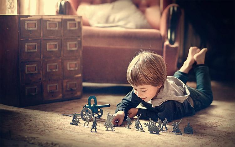 Играет в солдатиков