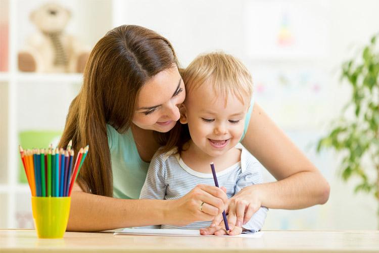 Мама с ребенком рисуют