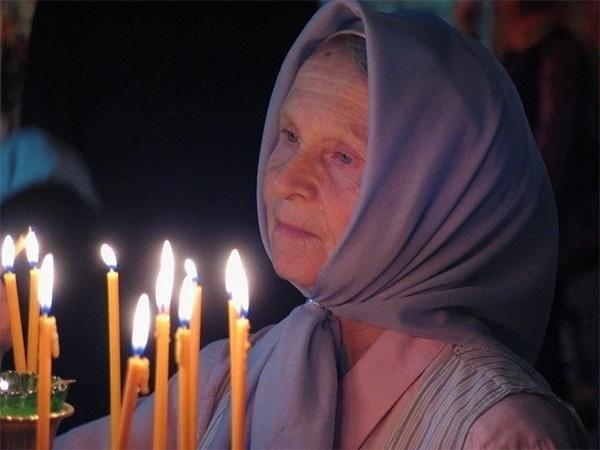 Мать молится за детей