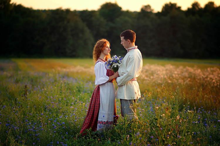 Мужчина и женщина на лугу