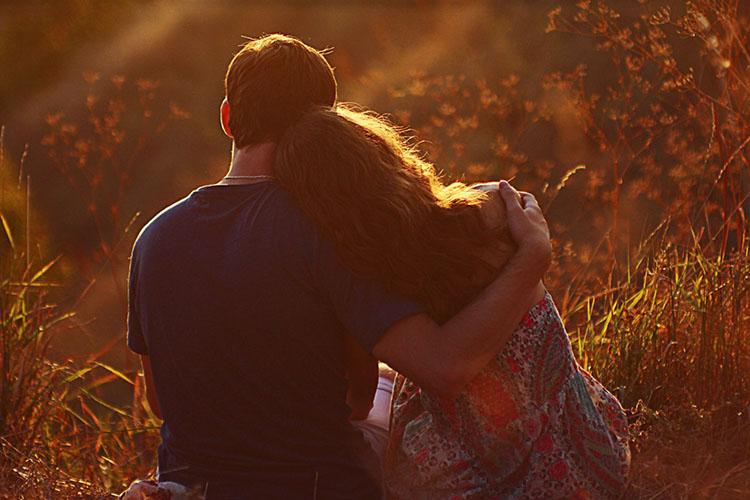 Мужчина и женщина у обнимаются