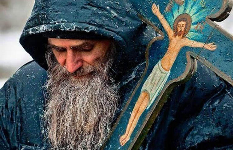 Мужчина с крестом