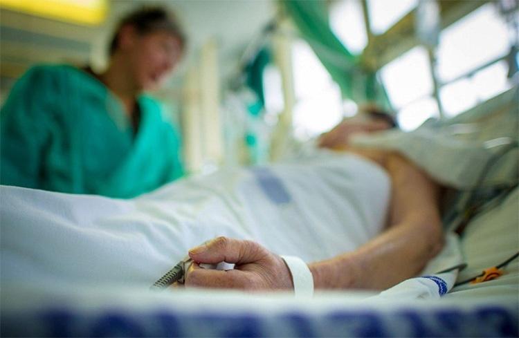 Навестил в больнице