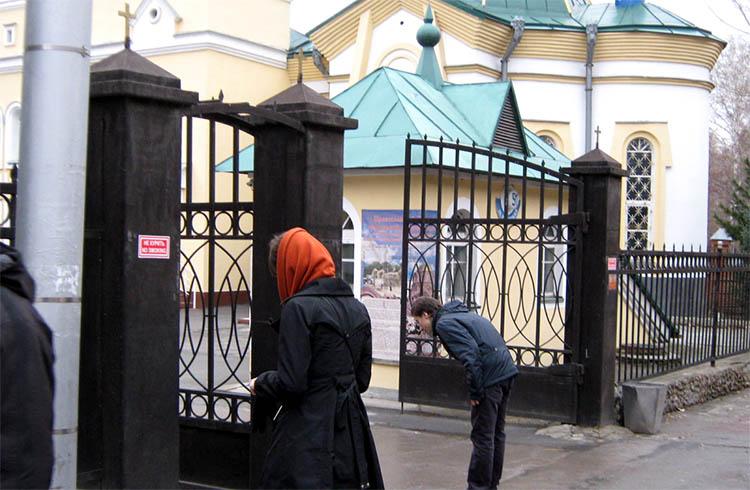 У входа на территорию храма