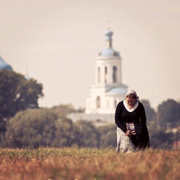 Женщина на фоне храма
