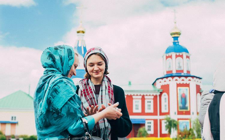 Женщины перед храмом