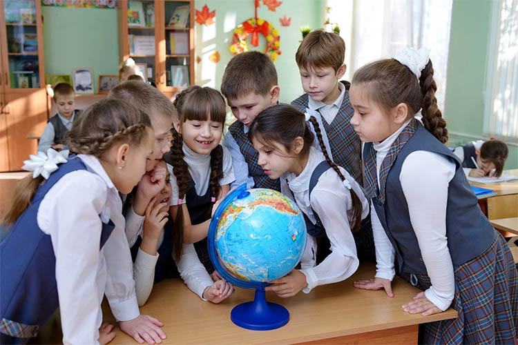 Дети возле глобуса