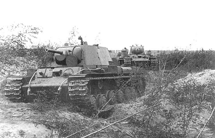 Колонна советских танков КВ следует к линии фронта в районе Ленинграда, 1941