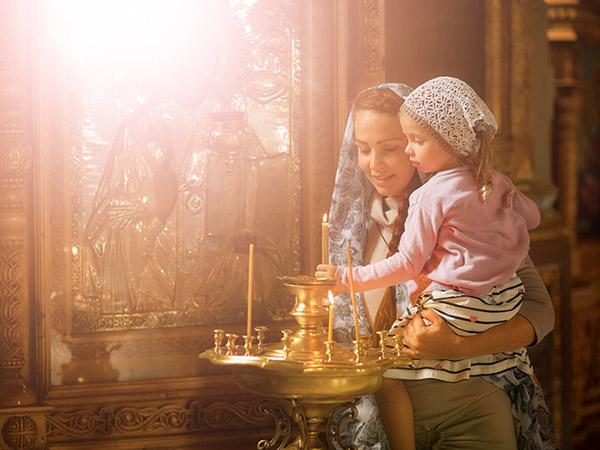 Мама с дочерью в храме