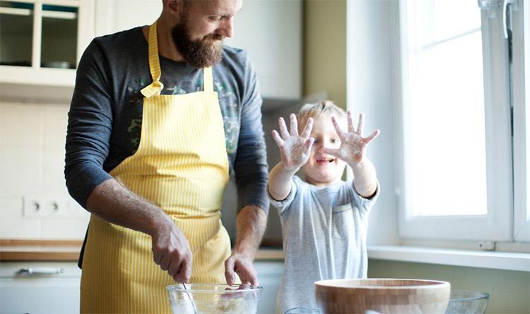 Отец с сыном готовят