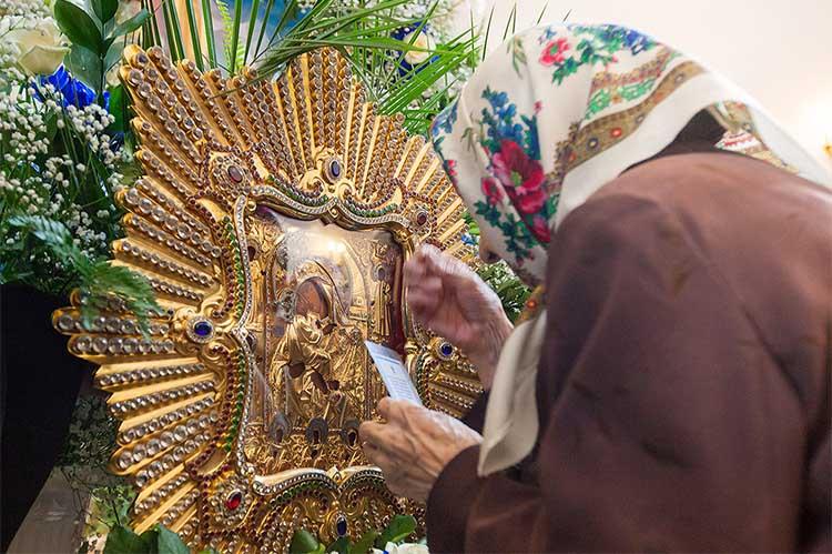 Перед Почаевской иконой Пресвятой Богородицы