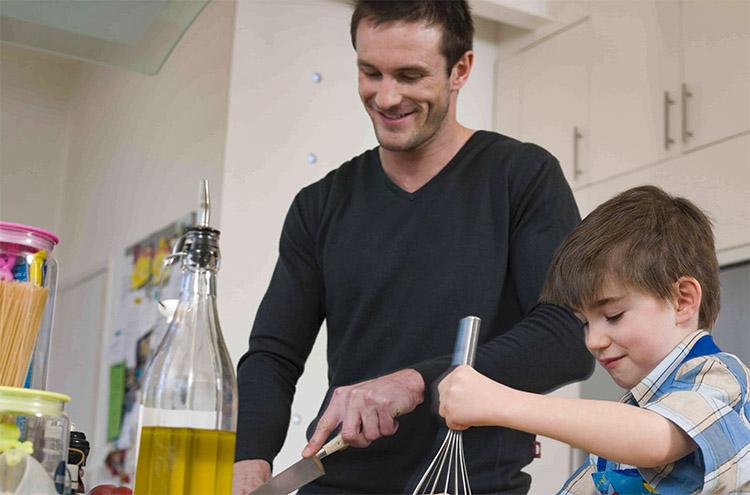 Сын помогает отцу готовить