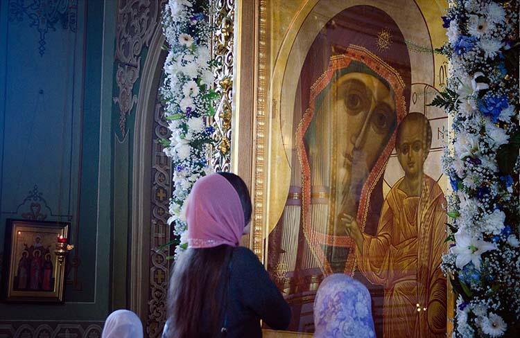 У иконы Пресвятой Богородицы в храме