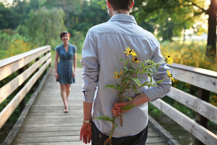 Женщина и мужчина с цветами