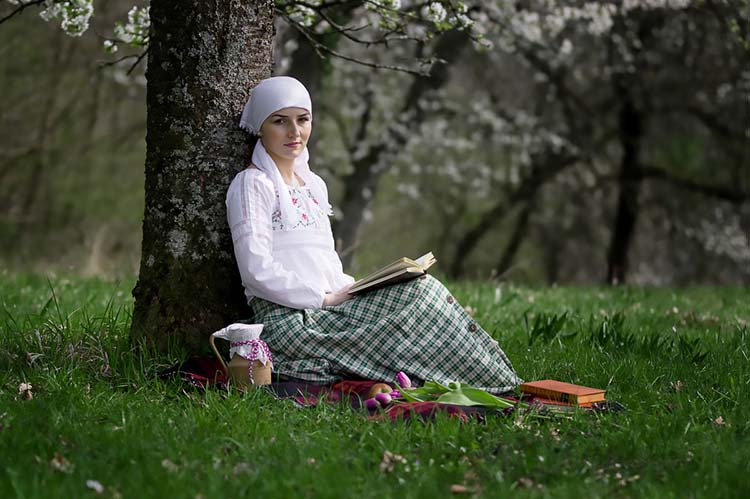 Женщина с книгой на природе