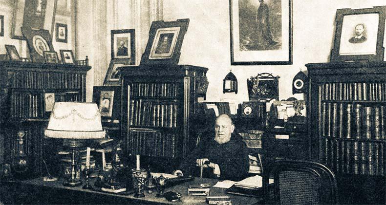 Анатолий Кони за письменным столом
