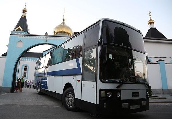 Автобус возле храма