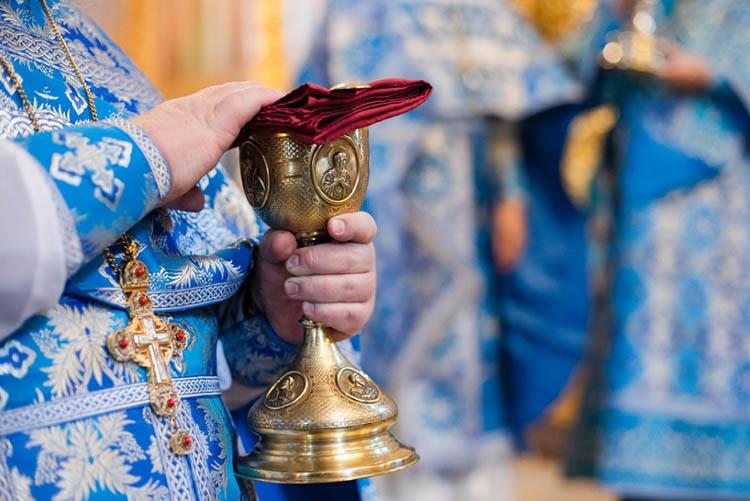Чаша в руках священника