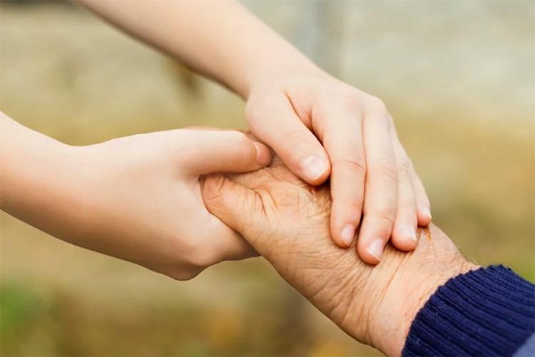 Держит руки в руках