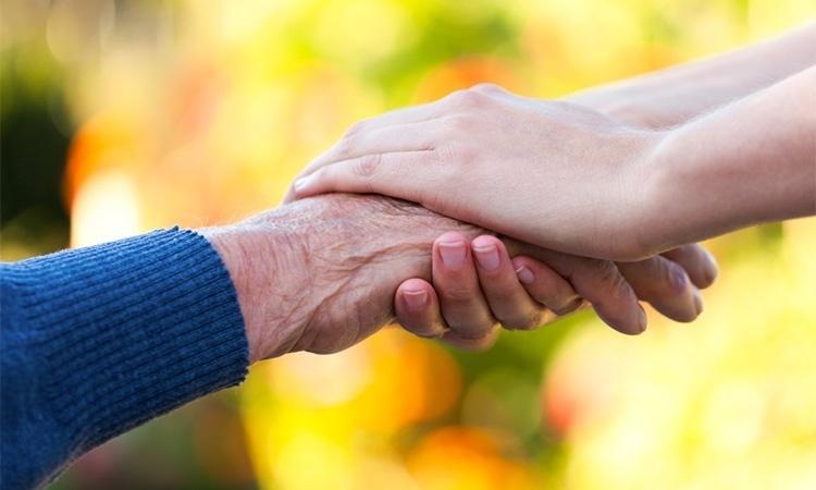 Держит руку в руках