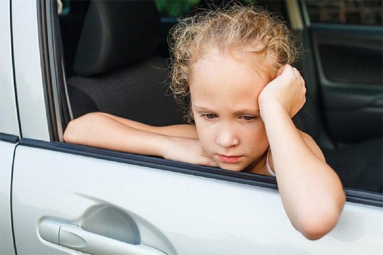 Грустная девочка в машине