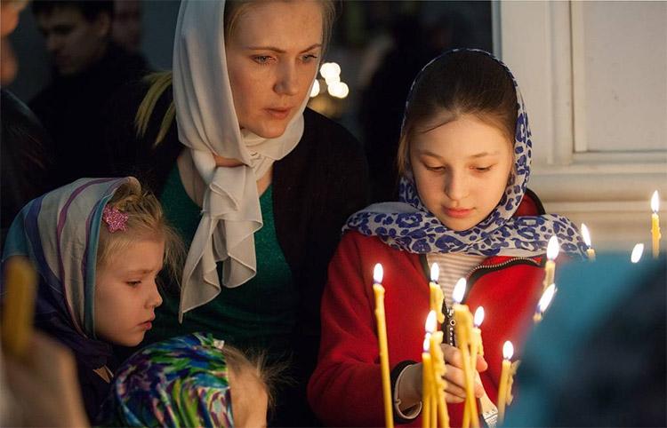 Мама с детьми в храме